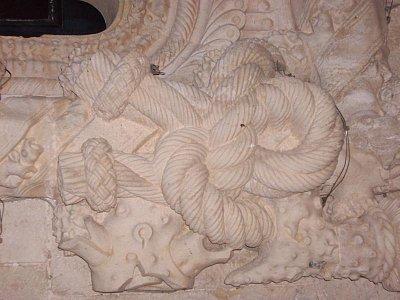Detail okna v interiéru Claustro do Cristo v Tomaru