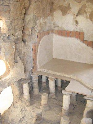 Masada 1.8.2008 - Dokonalý systém,který používali v sauně.Pod podlahou proudila horká voda a na stěnách,kde jsou cihly s tovory se tvořila pára. (nahrál: honza)
