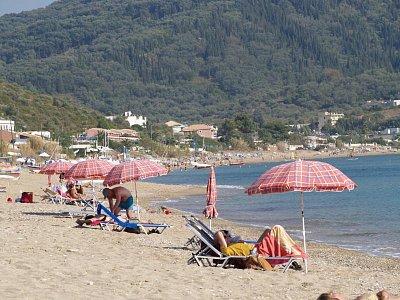 Pláž v zálivu u Ag.Georgios - Přesto,že jsme s chotí najezdili po Korfu asi 600km,zde jsme trávili nejvíc času. (nahrál: straka václav)