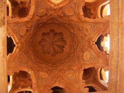 Koubba Almoravidů - Koubba je vlastně malá hrobka marabouta (svatého muže). Koubbu Almoravidů lze snadno minout, neboť na první pohled vypadá jen jako trošku větší kupole a hrstka různě tvarovaných dveří a oken. Je to však jediná nepoškozená stavba z doby Almoravidů, tvořící základy veškeré marocké architektury. Při pohledu do interiéru koubby s důmyslným motivem čtverce a hvězdicovitého osmihranu se jistě ztotožníte s chvalořečením historiků islámského umění, kteří v této budově, původně zřejmě přistavěné jako umývárna ke staré mešitě Ben Youssef, nalézají silné a nebývalé vyjádření formy.  (nahrál: Petr Kubík)