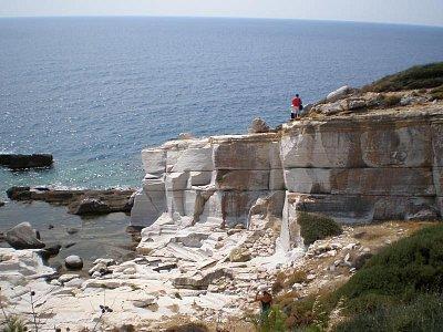 Aliki - mramorový lom (jih ostrova) - Červenec - srpen 2008 Jsou zde historické památky. (nahrál: Dášulka)