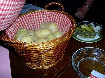 Raclette na stole, už jen ten roztavený sýr na oloupaný brambor a dobrou chuť! (nahrál: Čestmír Kašpar)