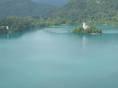 Ostrůvek s kostelíkem - Světlé skvrnky na vodě : lodě na veslařské dráze (nahrál: Kertag)
