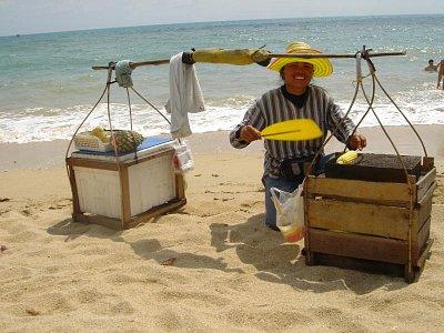 Něco dobrého na pláži - Smažená kukuřice nebo chlazené ovoce. (nahrál: Domecky Jan)
